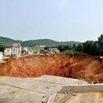 Un hoyo gigante se traga 20 casas en China