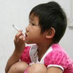 A sus tres años de edad ya bebe y fuma