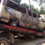 Se quemó al tratar de robarle a una camioneta de iglesia