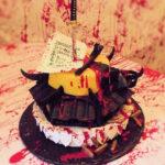 Madre le regala un pastel violento a su hija de 9 años