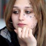 La chica que se tatúo la cara con estrellas reaparece